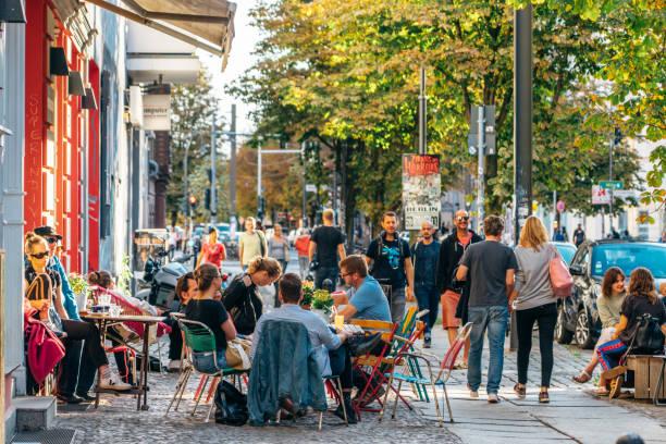 straße cafe in berlin, deutschland - kreuzberg stock-fotos und bilder