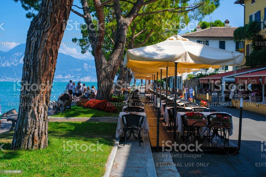 café de rue sur la rive de lac de garde à Garda, Italie - Photo