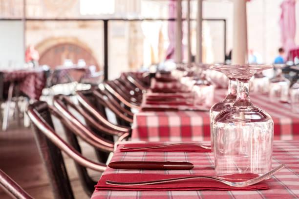 straßencafé mit tabellen festgelegt, verschwommen hintergrund für exemplar - roten küchentische stock-fotos und bilder