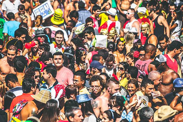 rue carnaval foule. - carnaval de rio photos et images de collection