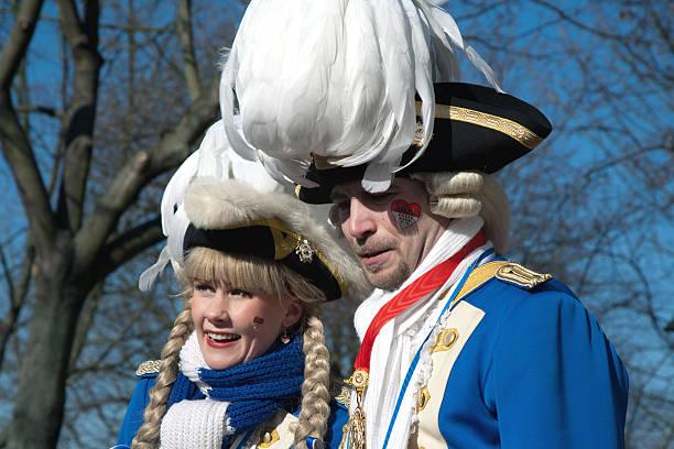 street karneval in köln, deutschland - karnevalskostüme köln stock-fotos und bilder