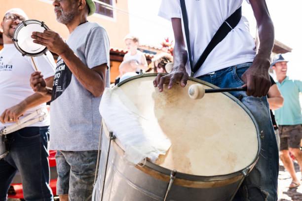 straßenkarneval in conservatória, brasilien - sambatrommeln stock-fotos und bilder