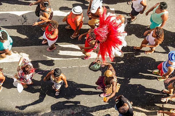 rue carnaval à rio de janeiro - carnaval de rio photos et images de collection