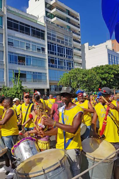 straßenkarneval in rio de janeiro - sambatrommeln stock-fotos und bilder