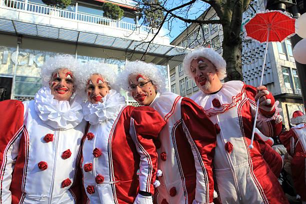 street carnival auf der königsallee düsseldorf - karnevalskostüme köln stock-fotos und bilder