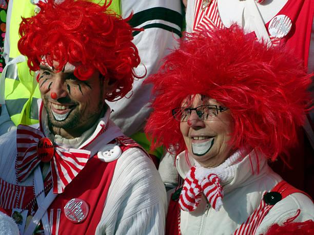 street karneval mit den clowns in köln - karnevalskostüme köln stock-fotos und bilder