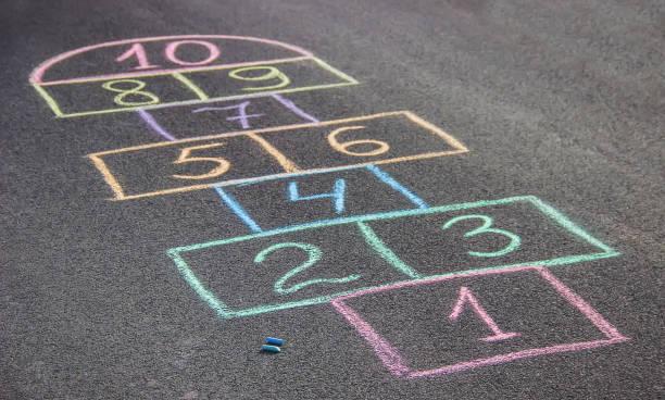 straßenkinder spiele in klassiker. selektiven fokus. - himmel und hölle spiel stock-fotos und bilder