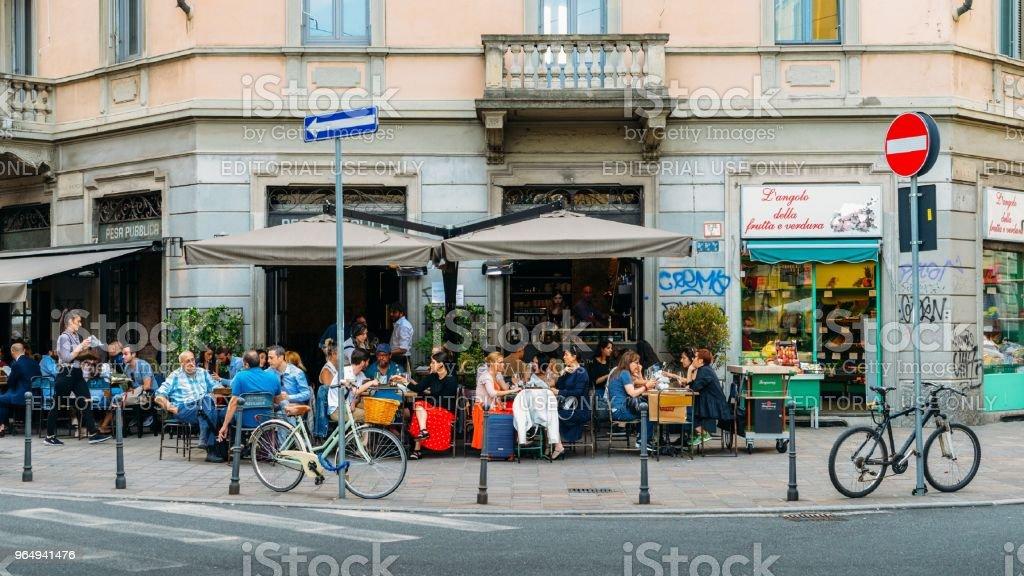 Street corner cafe terrace in the Porta Venezia district of Milan, Lombardy, Italy - foto stock