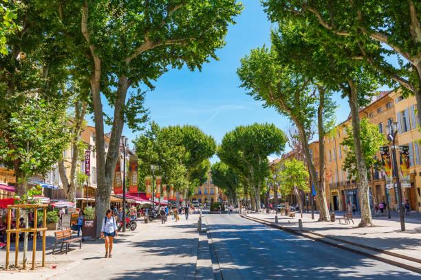 rue cours mirabeau à aix-en-provence, france - aix en provence photos et images de collection