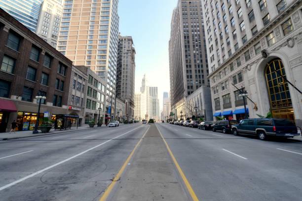 street, downtown chicago. - urban street foto e immagini stock