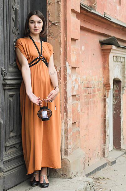 street-fashion, schöne mädchen in ein langes boho-kleid - kurze schwarze haare stock-fotos und bilder