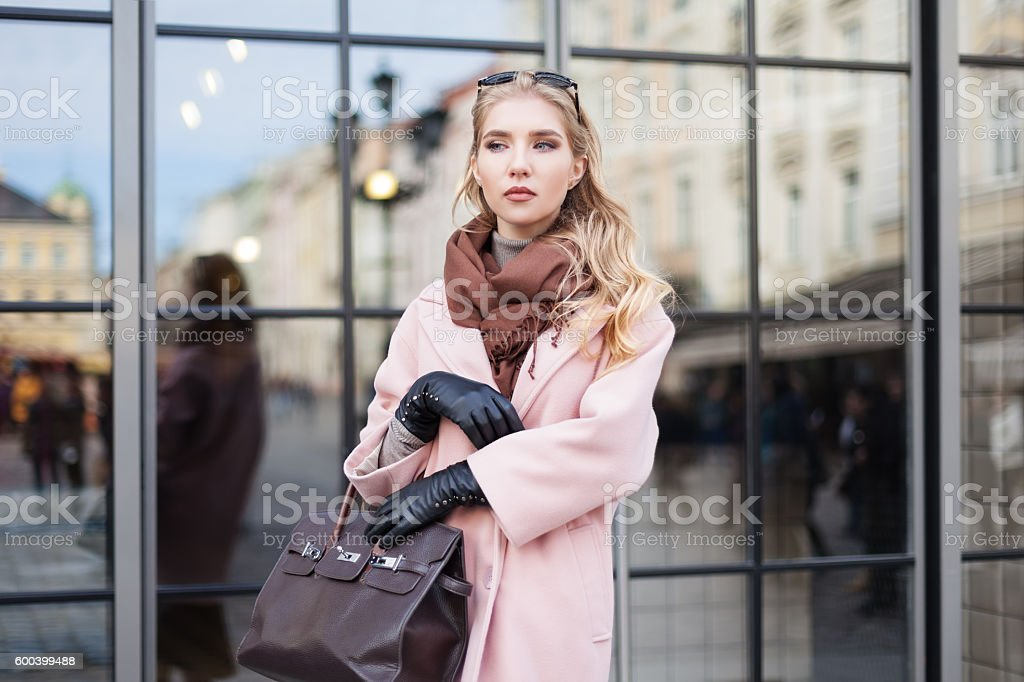 Street fashion concept: portrait of young beautiful woman wearing pink – Foto