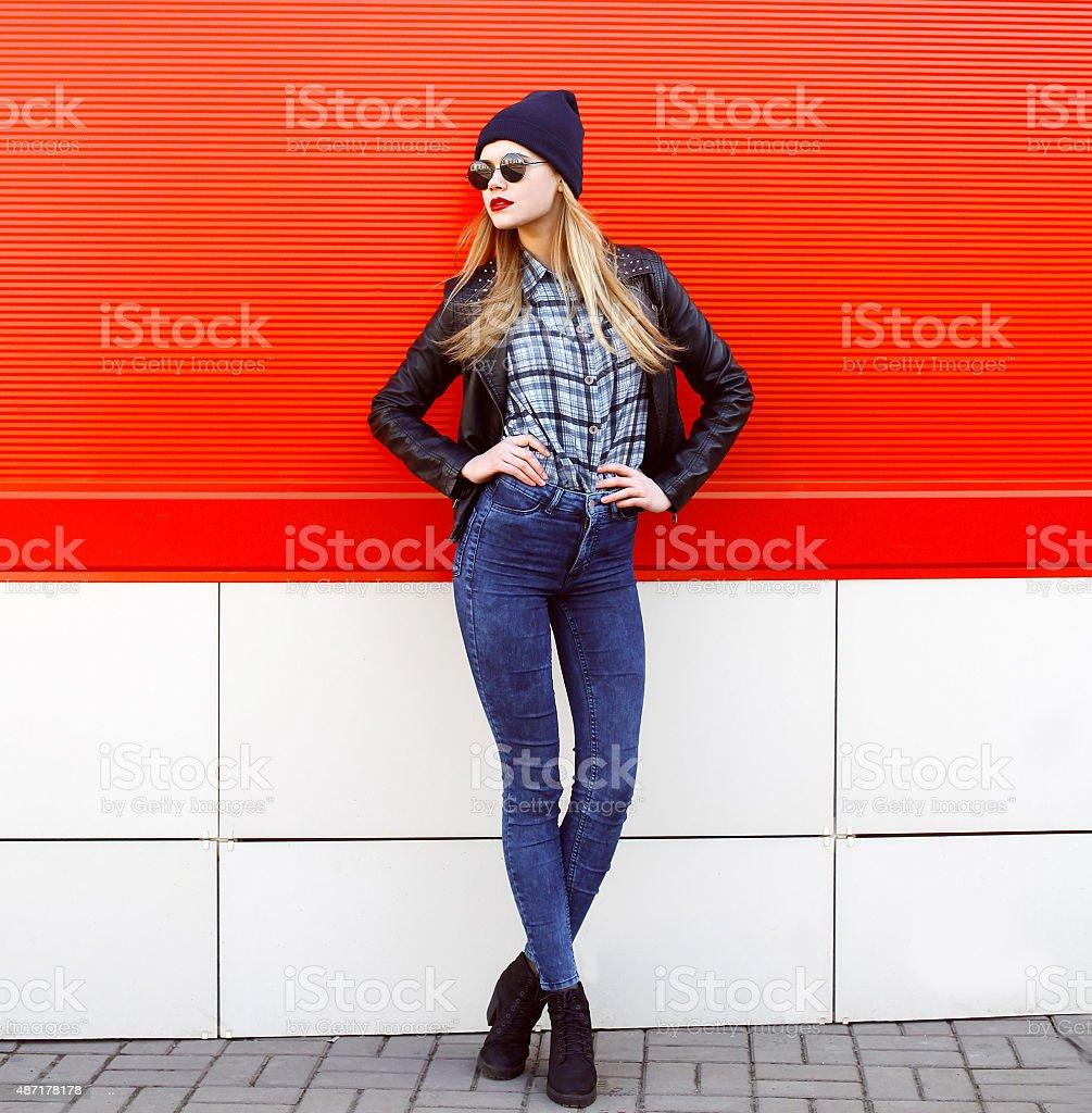 Улица fashion concept-pretty young woman Узкие рок стоковое фото