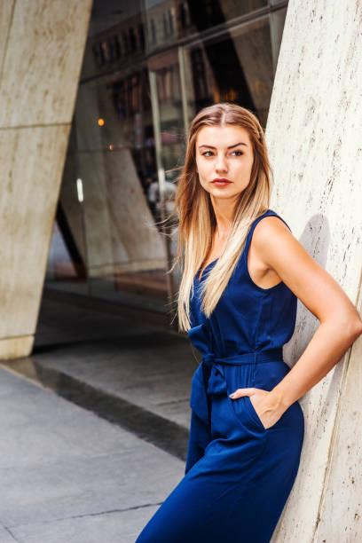 street fashion in new york - jumpsuit blau stock-fotos und bilder