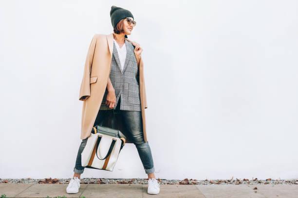 street fashion-look. frau im vielschichtigen outfit für herbsttage - herbstmode stock-fotos und bilder