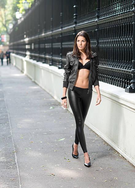 street-mode - leder leggings stock-fotos und bilder