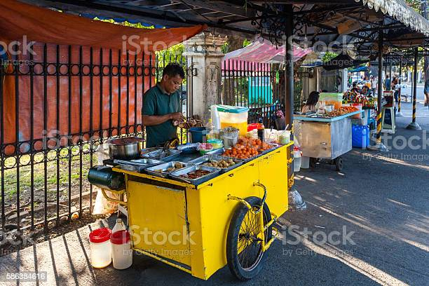 Street food vendor in manila philippines picture id586384616?b=1&k=6&m=586384616&s=612x612&h=xwhjsto9xca8wqhlmjxxg lqruzp7smfmyvhe6f48xc=