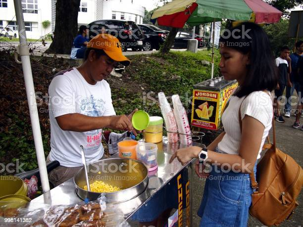 Street food vendor serves sweet corn to a customer picture id998141382?b=1&k=6&m=998141382&s=612x612&h=7vt4udeeozzcc8jhyl7rxylmql5pxgsgbn2br95wsas=