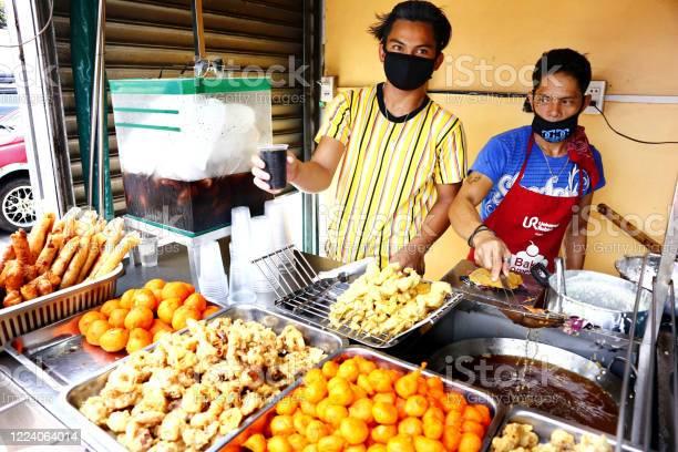 Street food vendors sell assorted deep fried food in their food cart picture id1224064014?b=1&k=6&m=1224064014&s=612x612&h=wmcruanzgnqgafi krpqth0vnq4ehyxlx6wxhuzc5fi=