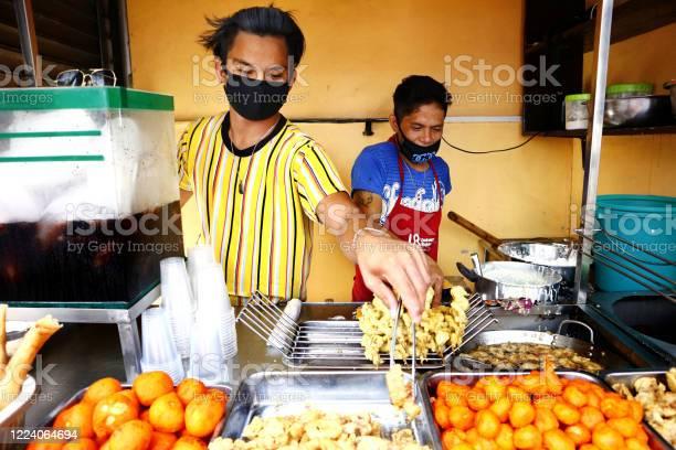 Street food vendors sell assorted deep fried food in their food cart picture id1224064694?b=1&k=6&m=1224064694&s=612x612&h=c9e3pxa7ufyt2lquuerct h0nj gsyqvuyb196vkwwi=