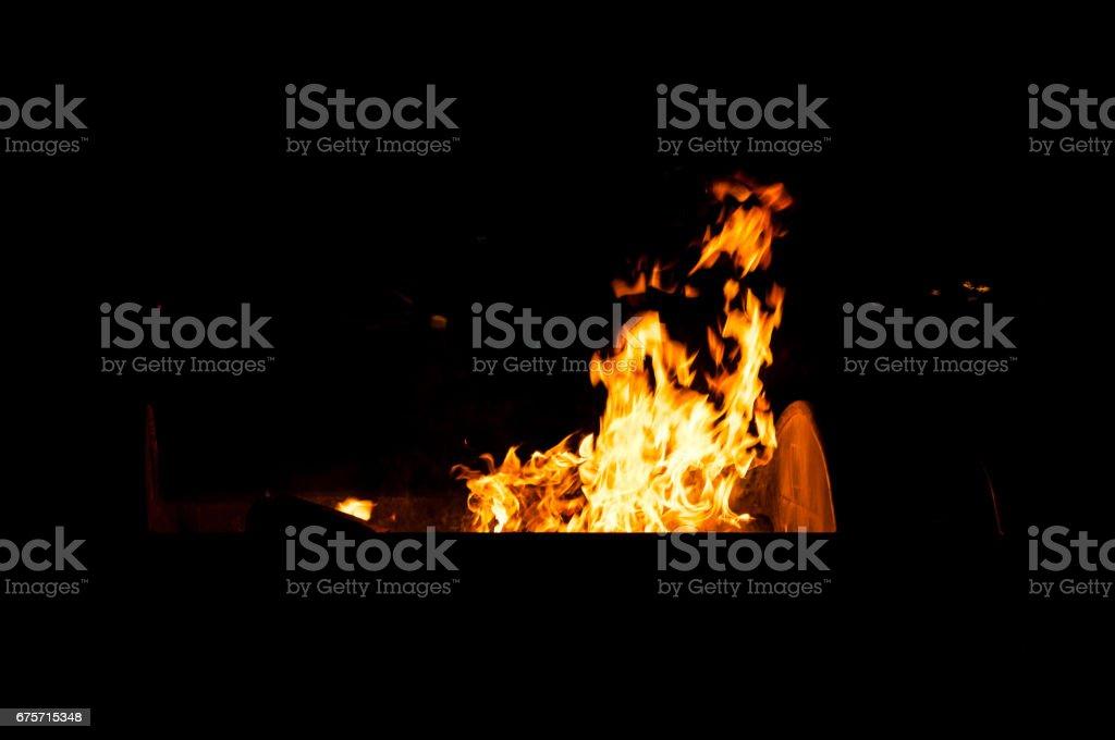 街頭的垃圾可以在火上。 免版稅 stock photo