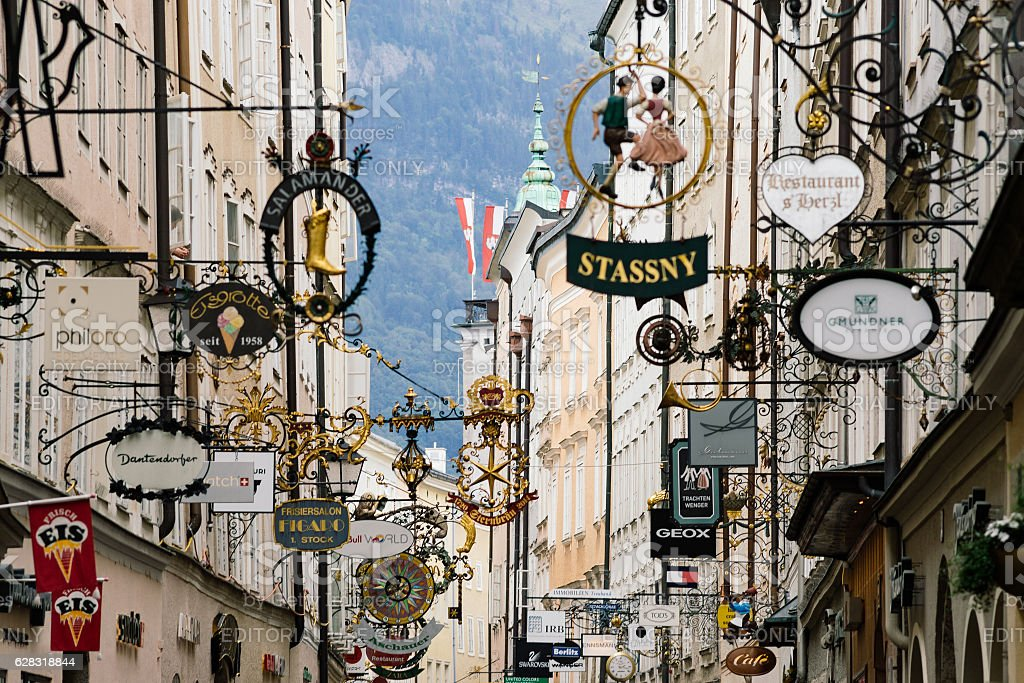 Street Getreidegasse with multiple advertising signs, Salzburg – Foto