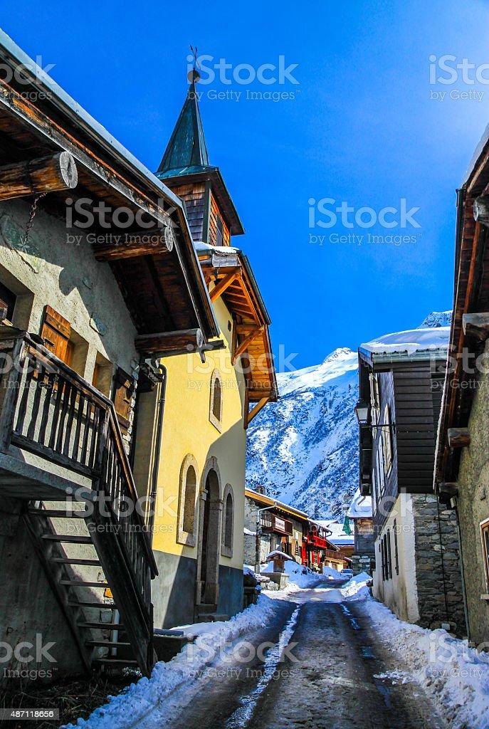 Street in a village in snowy mountain area. foto