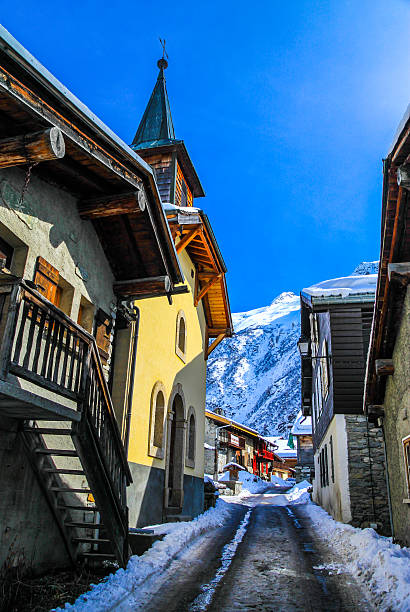 Street in a village in snowy mountain area.​​​ foto