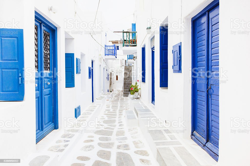 Calle en la famosa pueblo de mikonos, Grecia - foto de stock