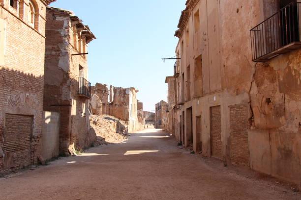 street in ghost town of belchite (zaragoza, spain) - город призрак стоковые фото и изображения