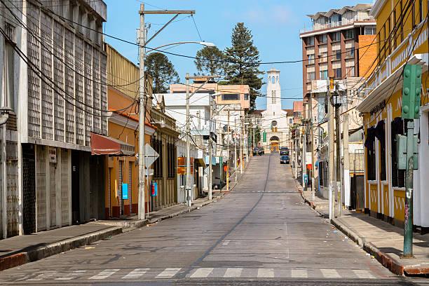 straße in guatemala-stadt - guatemala stadt stock-fotos und bilder