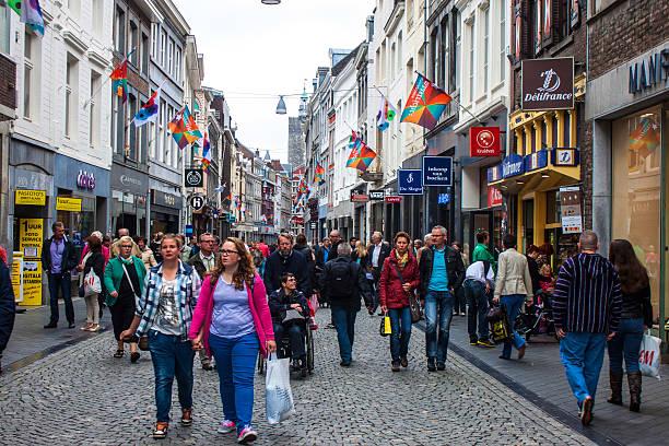 street in maastricht - maastricht stockfoto's en -beelden