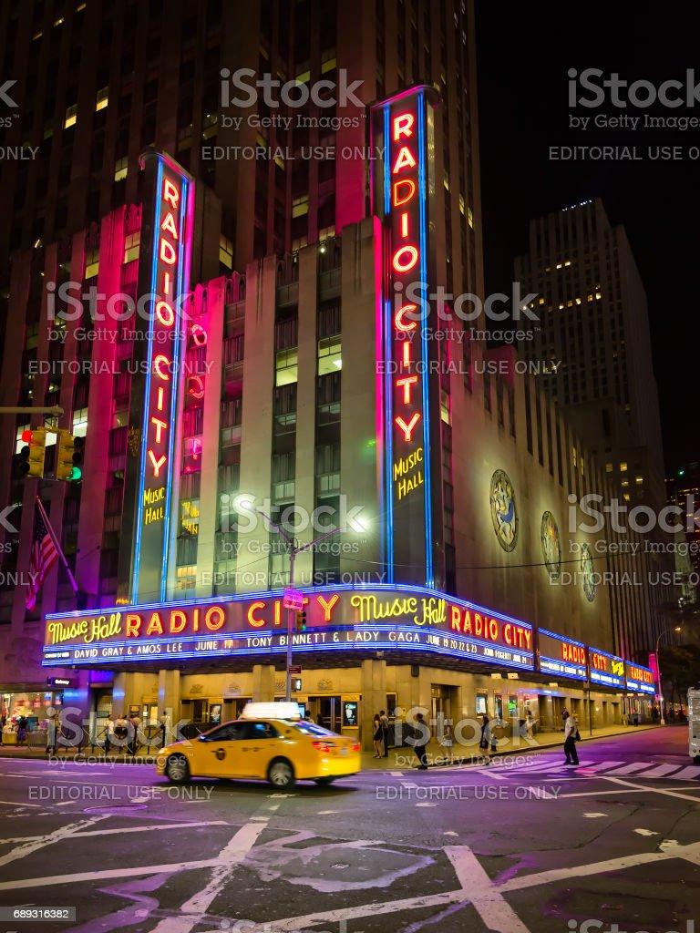 Straße in New York City mit Radio City Music Hall im Hintergrund – Foto