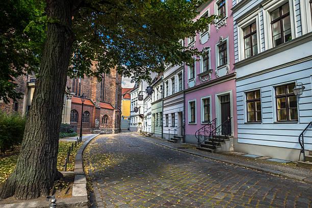 street in nikolaiviertel - nikolaiviertel stock-fotos und bilder