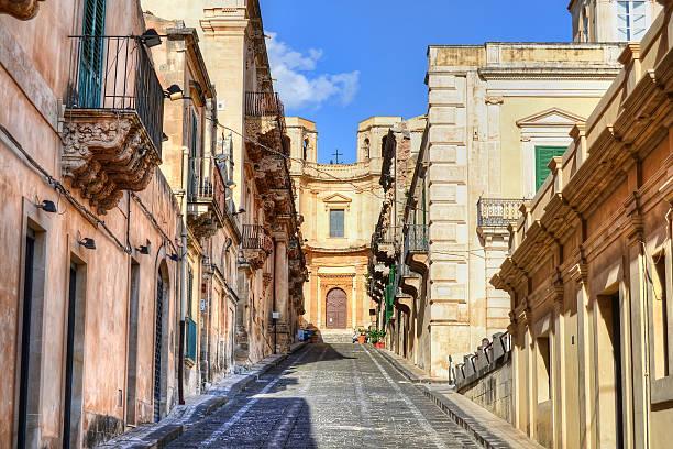 street in noto - noto sicilië stockfoto's en -beelden