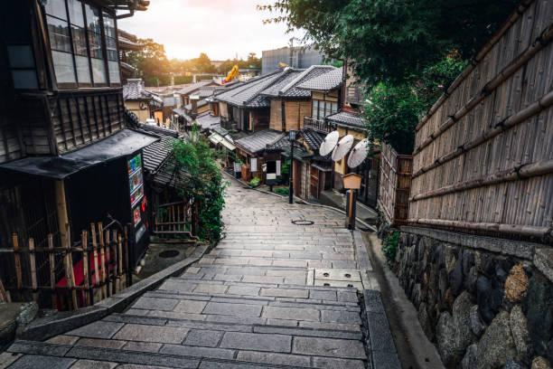 calle en el casco antiguo de higashiyama, kioto, japón - kyoto fotografías e imágenes de stock