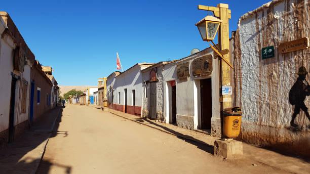Eine Straße in San Pedro de Atacama mit den typischen Abese-Häusern, Chile – Foto