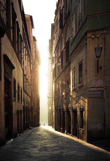 street à sienne en italie – vide dans la journée - étroit photos et images de collection