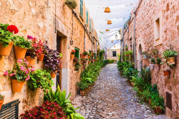 Rue dans le célèbre village de Valldemossa sur Majorque Espagne - Photo