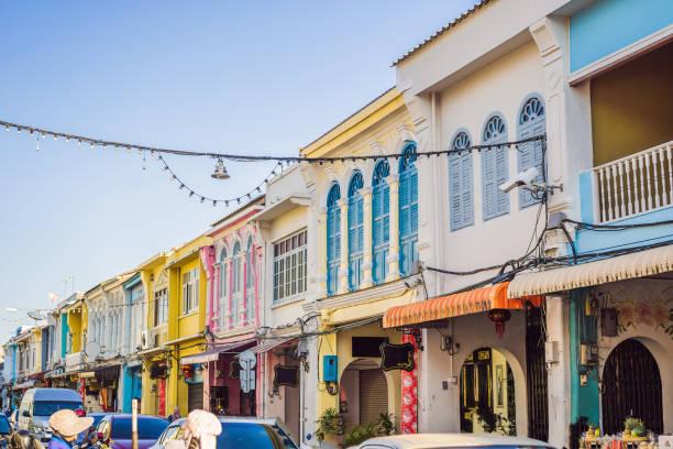 straat in de portugese stijl romani in phuket stad. ook wel chinatown of de oude stad - oude stad stockfoto's en -beelden