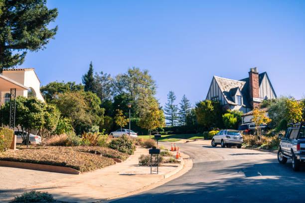 straße im wohngebiet von oakland an einem sonnigen herbsttag, san francisco bay area, california - süd kalifornien stock-fotos und bilder
