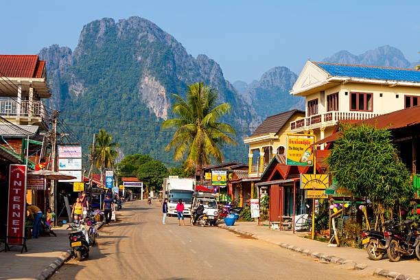 straße in vang vieng, laos - vang vieng stock-fotos und bilder
