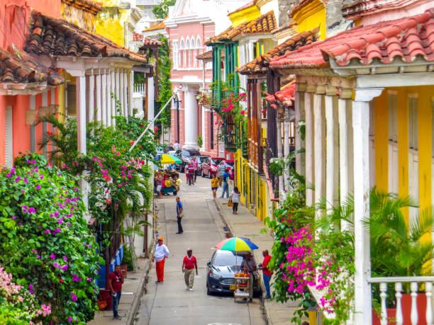 カルタヘナコロンビアの城壁都市の通り - 南アメリカ ストックフォトと画像