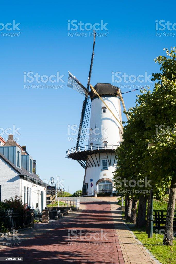 straat in Willemstad met huizen en de molen. Nederland foto