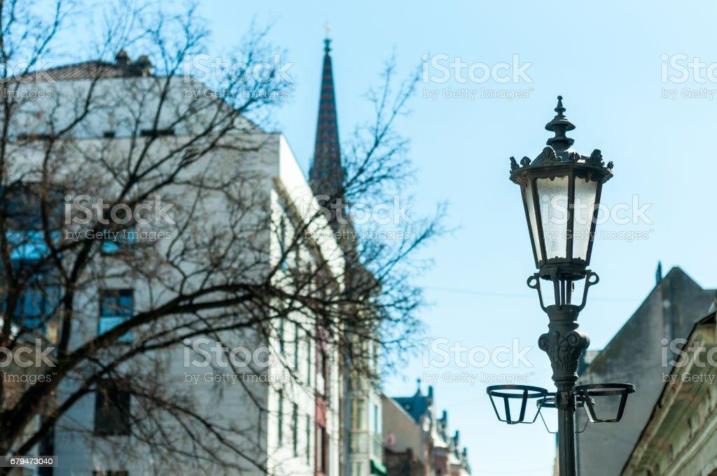 反對建建築和藍天的路燈。 免版稅 stock photo