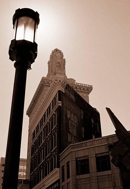 street lampe hintergrundbeleuchtung von der sonne - mark tantrum stock-fotos und bilder