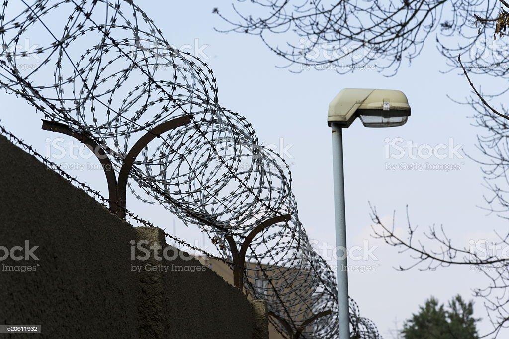 Straße Lampe Neben Stacheldraht Zaun Gestrecktes Um Gefängnis Wände ...
