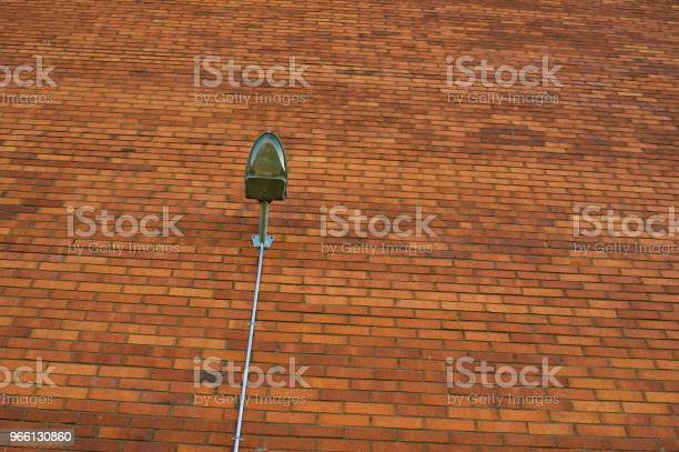 Street Lamp On Red Wall — стоковые фотографии и другие картинки Архитектура