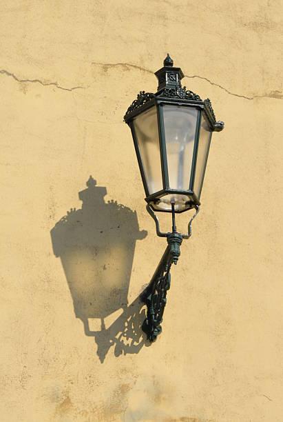 street lampe auf gelbe wand, prag, tschechische republik - mark tantrum stock-fotos und bilder