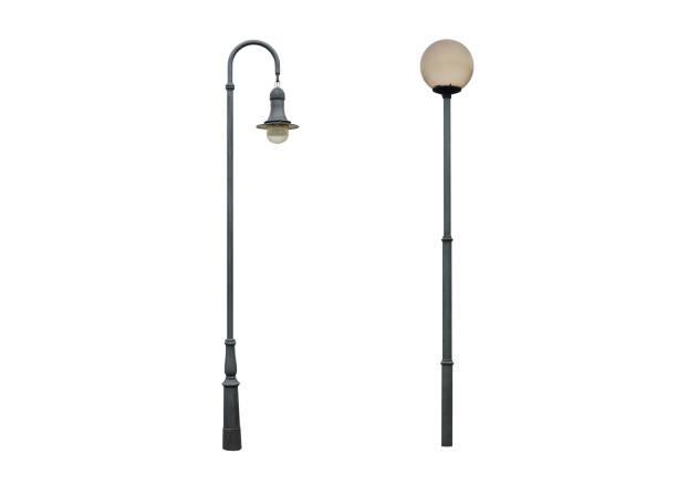 poteau de lampadaire d'isolement sur le fond blanc - éclairage public photos et images de collection
